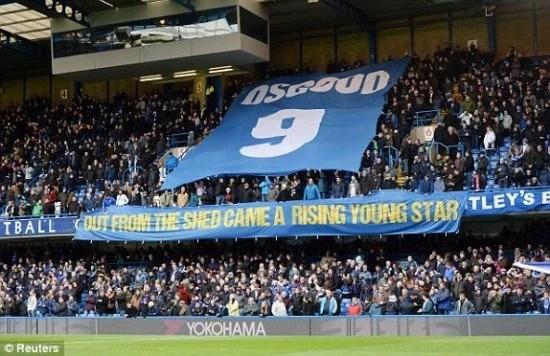 Antes da bola rolar, a torcida homenageia o aniversário de 10 anos da morte da lenda Peter Osgood