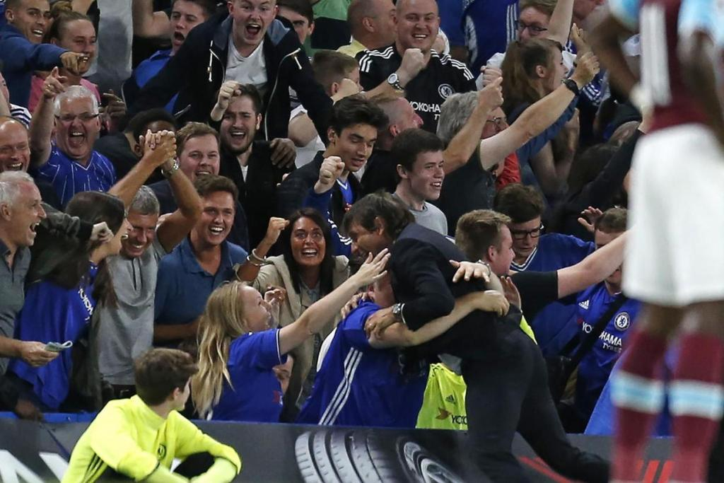 antonio_conte_fan_hug