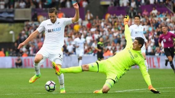 Courtois perde o tempo da bola e comete pênalti em Sigurdsson (Foto: Reprodução site Premier League