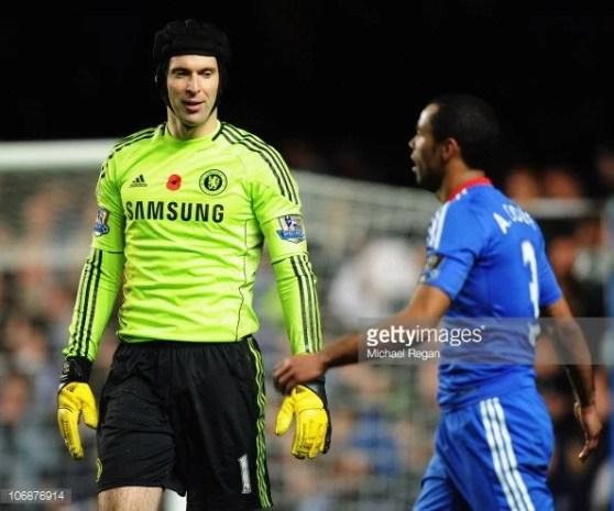 O Chelsea se precipitou vendendo Cech (esq.) e liberando Cole (dir.)