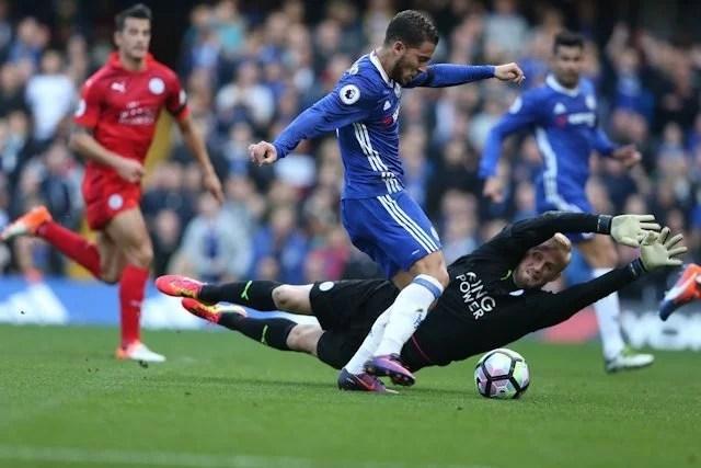Hazard driblando Schmeichel para fazer o segundo dos Blues. (Foto: Chelsea FC)