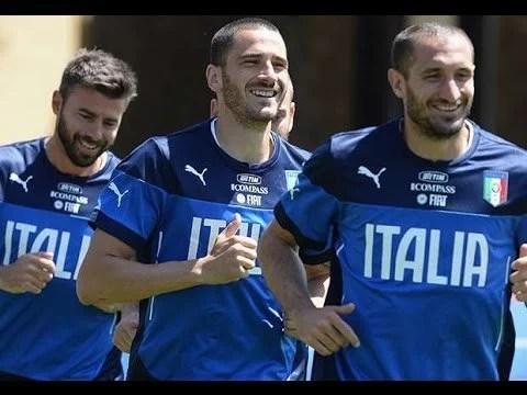 Barzagli (esq.), Bonucci (centro) e Chiellini (dir.) formaram uma das melhores defesas do mundo sob o comando de Conte