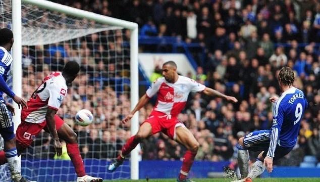 Torres faz três gols e Chelsea vence QPR, em abril de 2012