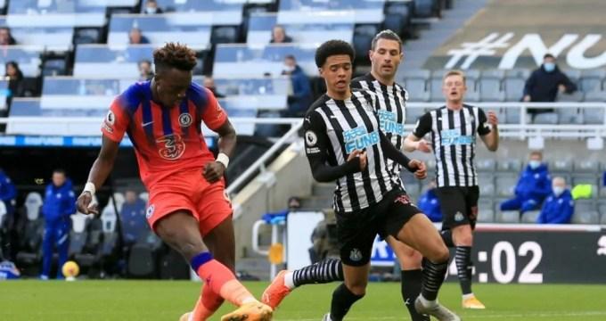 Tammy Abraham marca o segundo gol do Chelsea contra o Newcastle.
