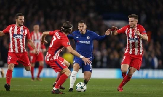 Filipe Luís e Hazard disputam bola em Stamford Bridge
