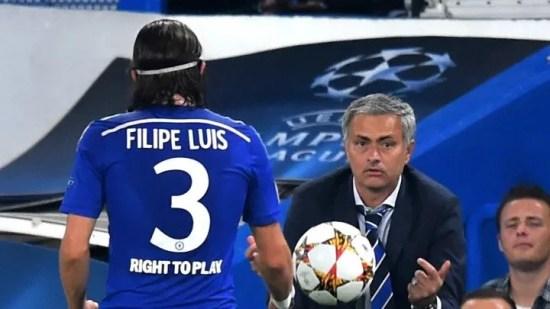 Mourino devolve bola para Filipe Luís