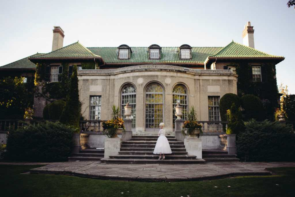 bride in front of parkwood estate oshawa