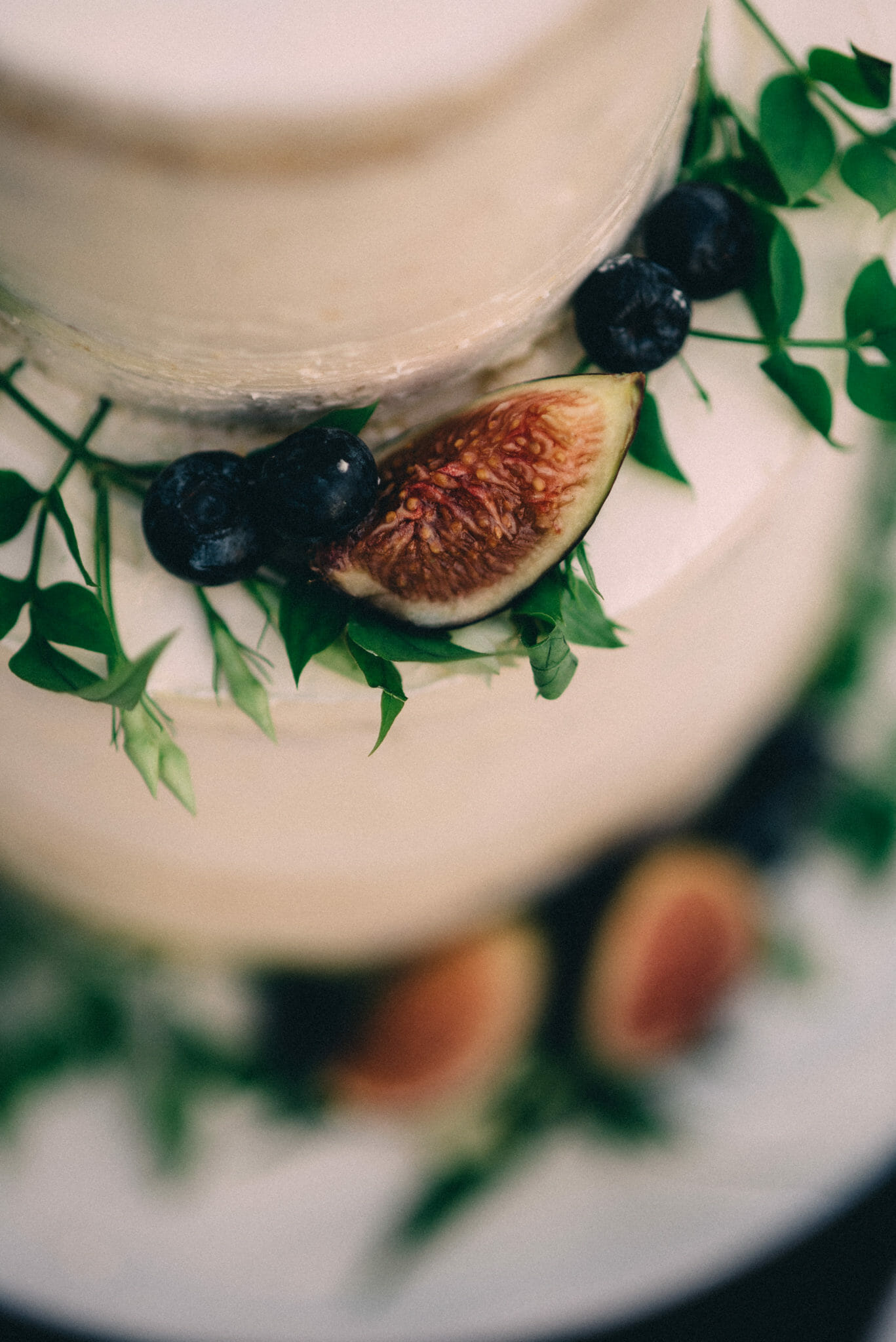 naked cake with fig and blueberries