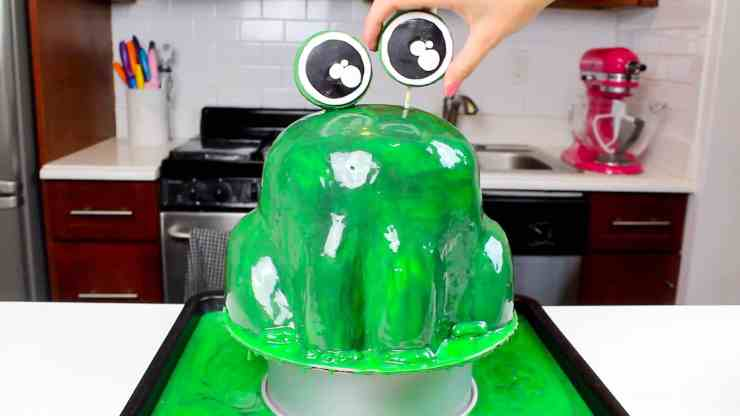 adding eyebll to frog cake