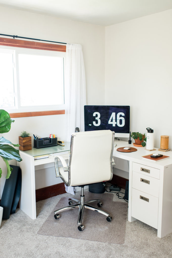 minimal-home-office-black-white-modern-farmhouse-plants_0244