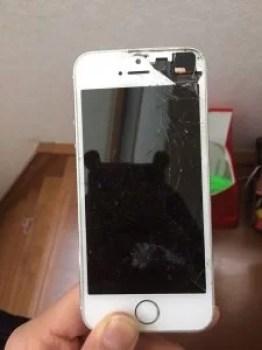 画面がバキバキに割れたiPhone5S