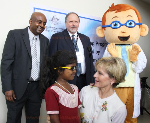 Australian Minister distributed free spectacles