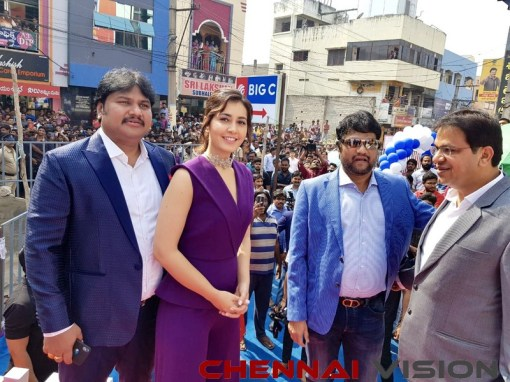 Actress RaashiKhanna launching a Big C store in Rajahmundry Event Photos 1