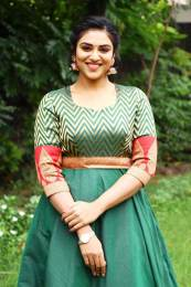 Actress Indhuja latest phots