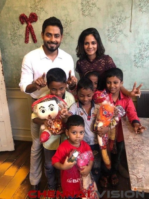 Actor Aari surprises unprivileged children with Christmas Delight