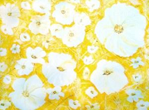 פרחים לבנים על רקע צהוב