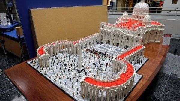 Священник построил копию Ватикана из лего (7 фото)