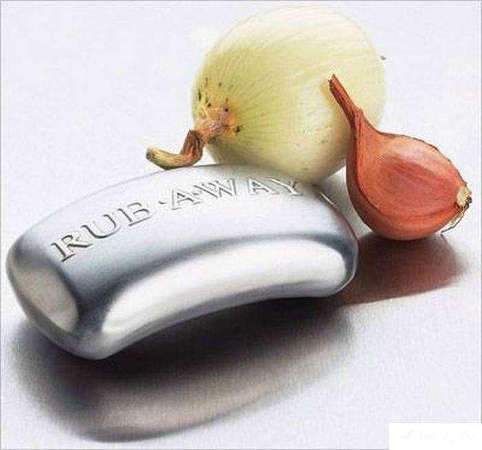 Потрите руки об какой-нибудь металлический предмет, чтобы избавиться от запаха чеснока или лука.