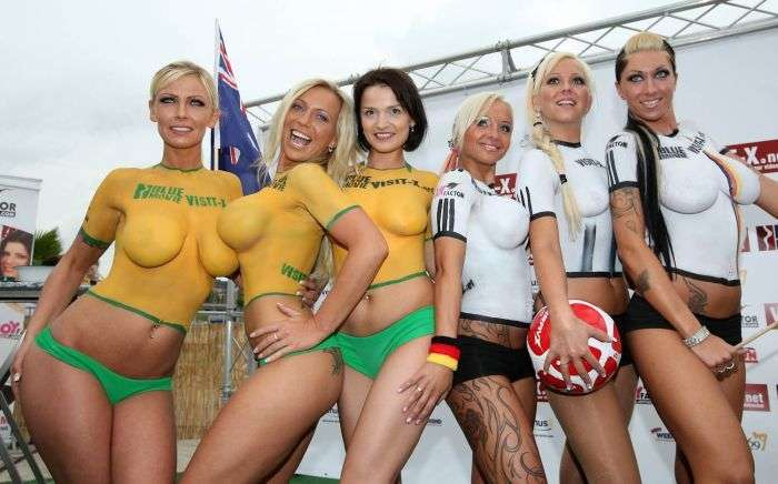 Девушки из Германии сыграли в футбол топлес