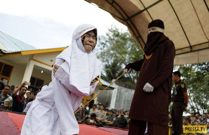 Публичное наказание за интимные отношения без брака (11 фото)