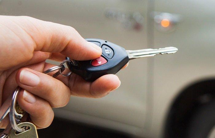 Зачем опытные автомобилисты кладут ключи в микроволновку