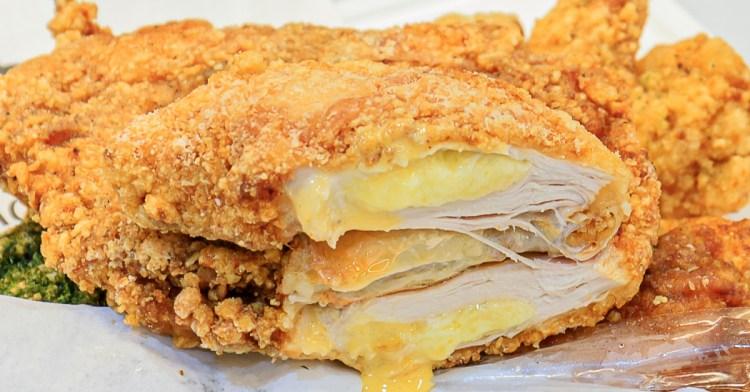 豪傳說雞排,每天只賣三小時的超囂張雞排!爆漿雙重起司口味好香濃,還有每天限量5桶的豪豪翅!