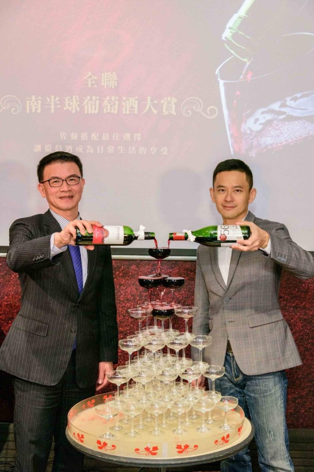 全聯搶先推出「南半球葡萄酒大賞」,全聯營運長蔡篤昌(左)與品酒師林才右(右)一起倒紅酒塔,象徵「紅金」的葡萄酒涓涓流下。