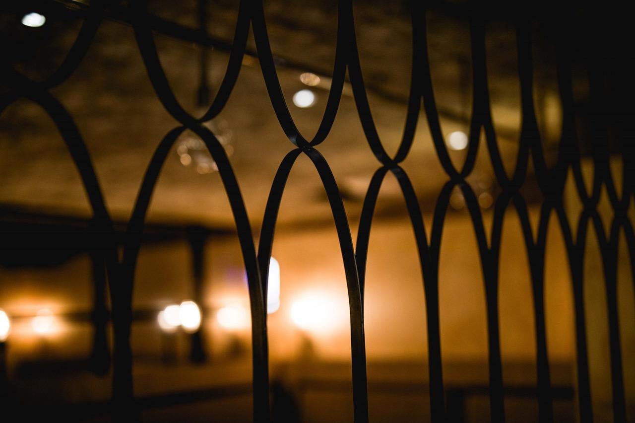 圖10.sunmai Bar安和店以在地、質樸設計元素,如窗花線條,將古意建材,翻玩出現代新意。