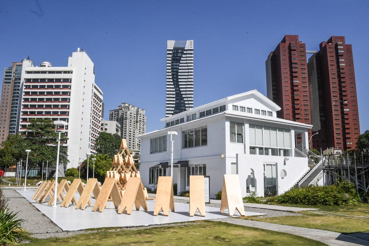 新聞照片五之一:「隈研吾的材料公園」展—大客廳(tsumiki),將堆疊石頭與磚的建造技術運用於木頭產物,傳達出想讓世界上的孩子能夠再次與樹木欽敬的設計理念。