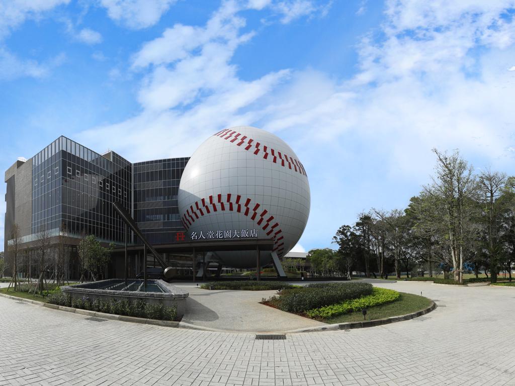 桃園市龍潭區的「名人堂花園大飯店」有亞洲唯一直徑32公尺的球體建築
