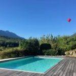 piscine vue montagnes et mongolfière