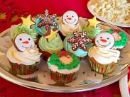 アイシングクッキーと組合わせたクリスマスカップケーキ。