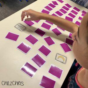 le jeu de memory en cours d'anglais: une élève avec toutes les cartes devant elle