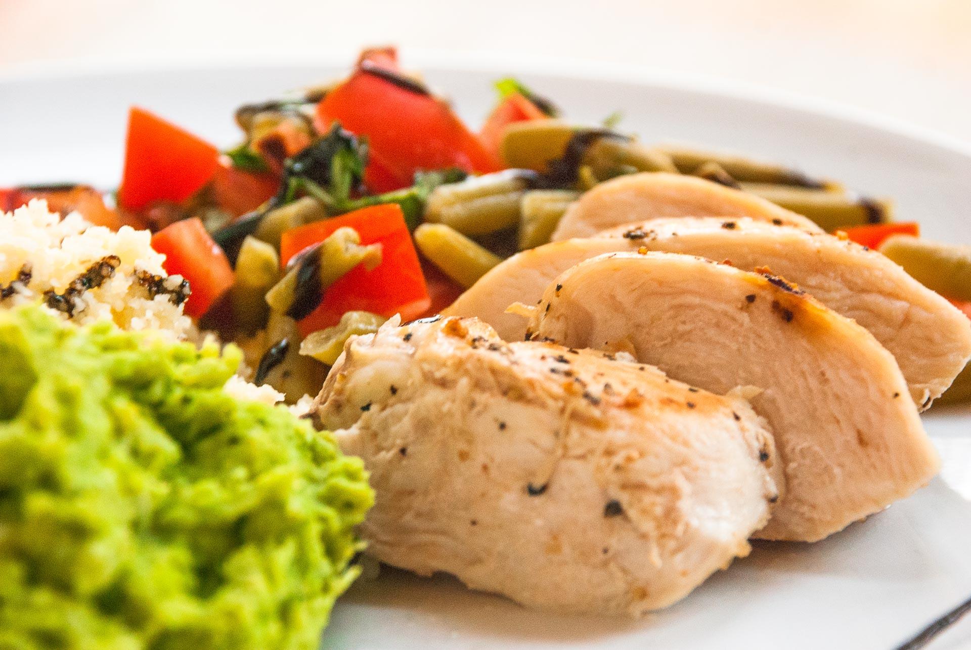 Kylling-couscous med tomat- og bønnesalat