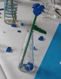 Les fleurs en Lego, table bleue