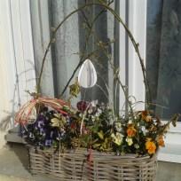 Un oeuf en papier suspendu sur la jardinière de printemps