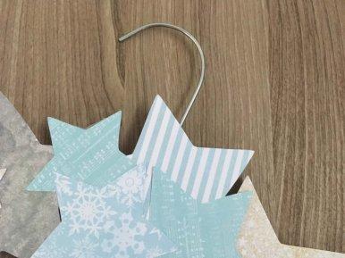 couronne étoile en papier sur un cintre