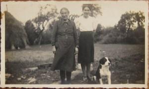 Juin 1940 – Marie avec sa mère et le chien Turc