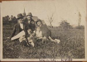1930, près de l'étang, Marie avec ses longues tresses avec peut-être des clients de passage