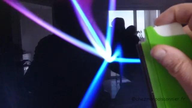 Polarisation de l'écran et vaporisation du spray sur l'écran