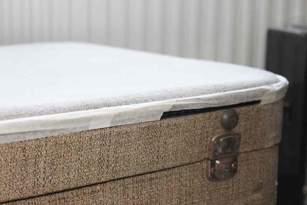 Zoom sur le scotch de la valise - DIY : Redonner vie à une vieille valise