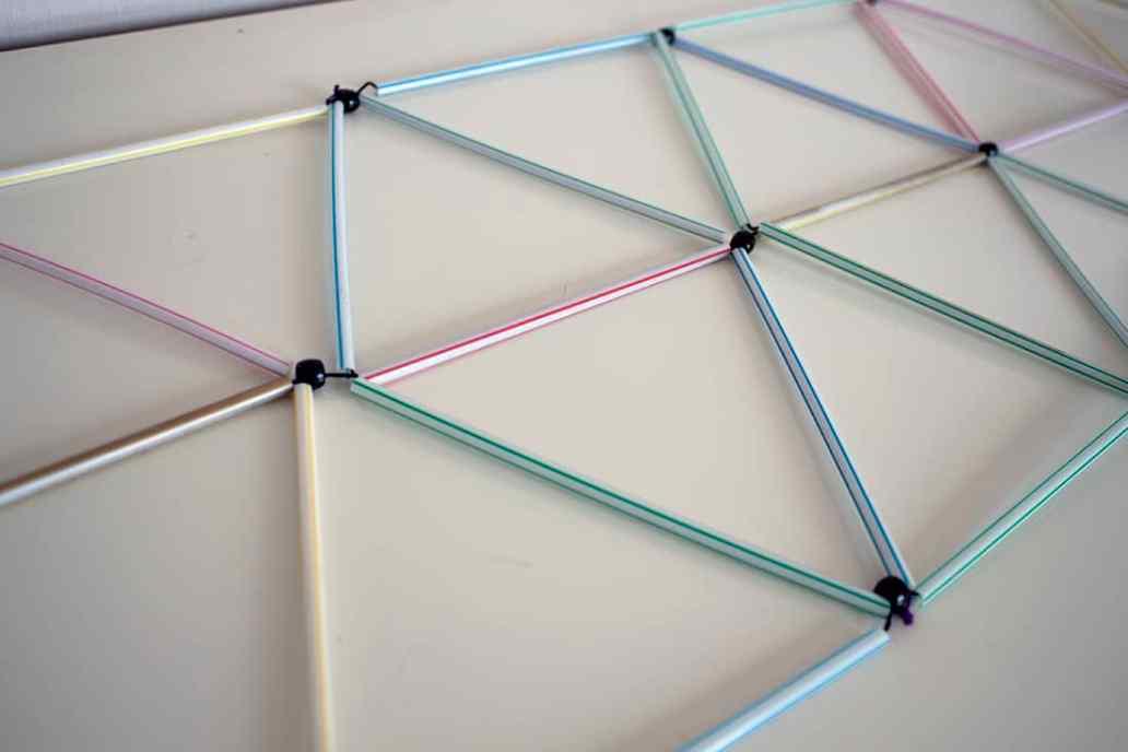 zoom sur lassemblage des pailles pour la construction du lustre - Fabriquer un lustre géométrique avec des pailles