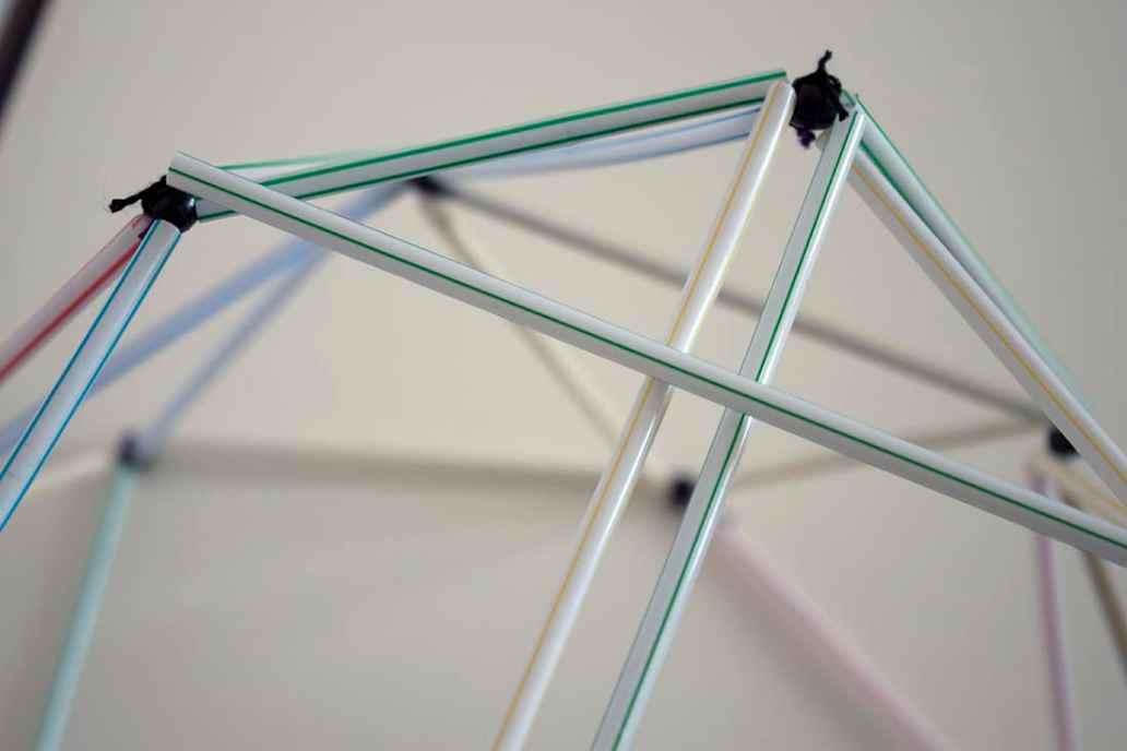 zoom sur linstallation des dernieres pailles - Fabriquer un lustre géométrique avec des pailles