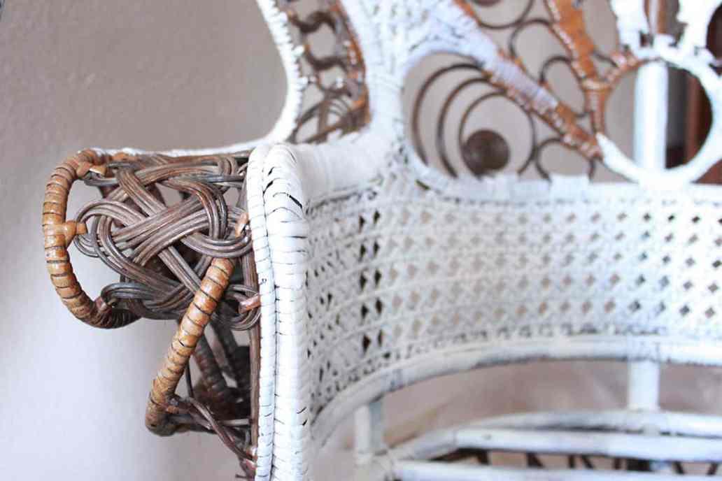zoom accoudoir fauteuil rotin - Repeindre un fauteuil rotin de style Emmanuelle
