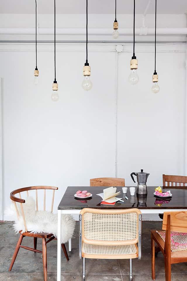 une salle à manger avec un luminaire industriel - Comment bien réussir sa salle à manger