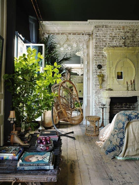 fauteuil suspendu en rotin dans un salon boheme - Un intérieur bohème pour une impression de voyage