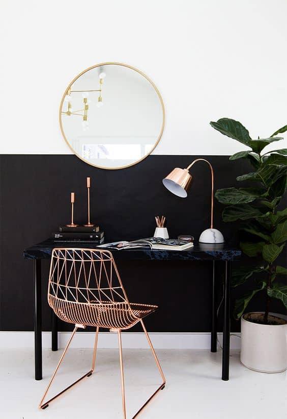 un bureau avec une chaise doree