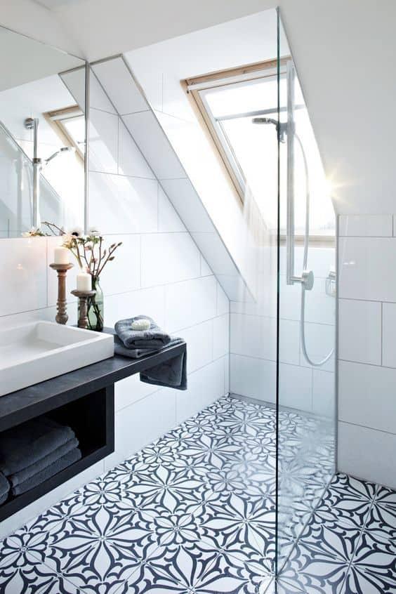 une salle de bain en carreaux de ciment a fleurs - Les fleurs s'invitent dans la décoration autour d'une inspiration