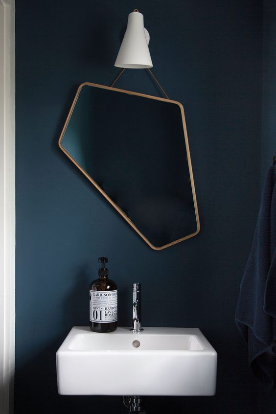 un miroir asymetrique dans une salle de bain deco - 7 idées déco et aménagement de la salle de bain