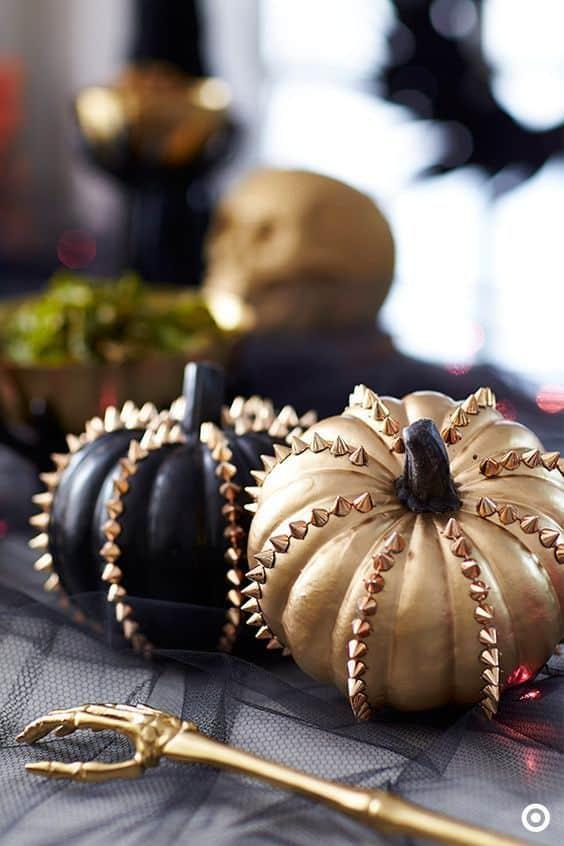 decorer une citrouille dhalloween avec des clous et pique - 15 DIY originaux pour décorer la citrouille d'Halloween